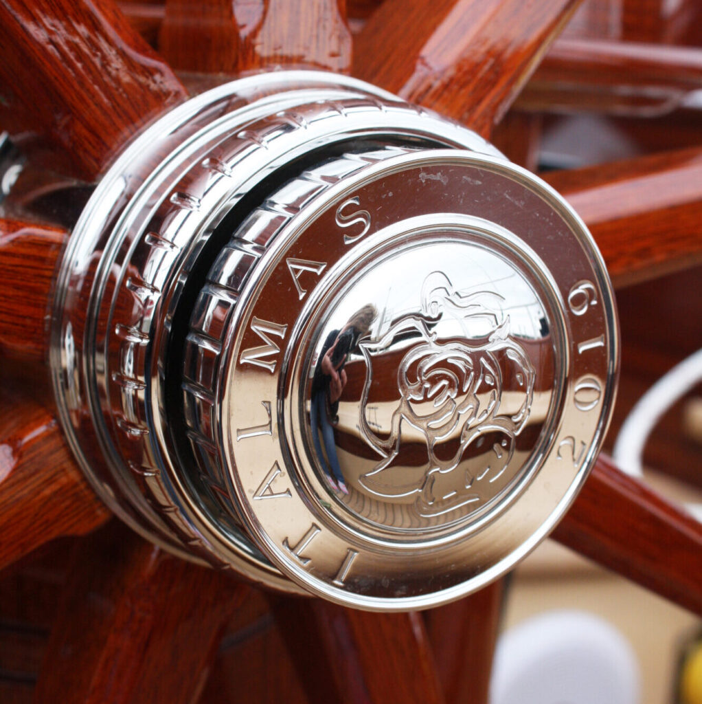 Engraved steering wheel facet with Russian rose